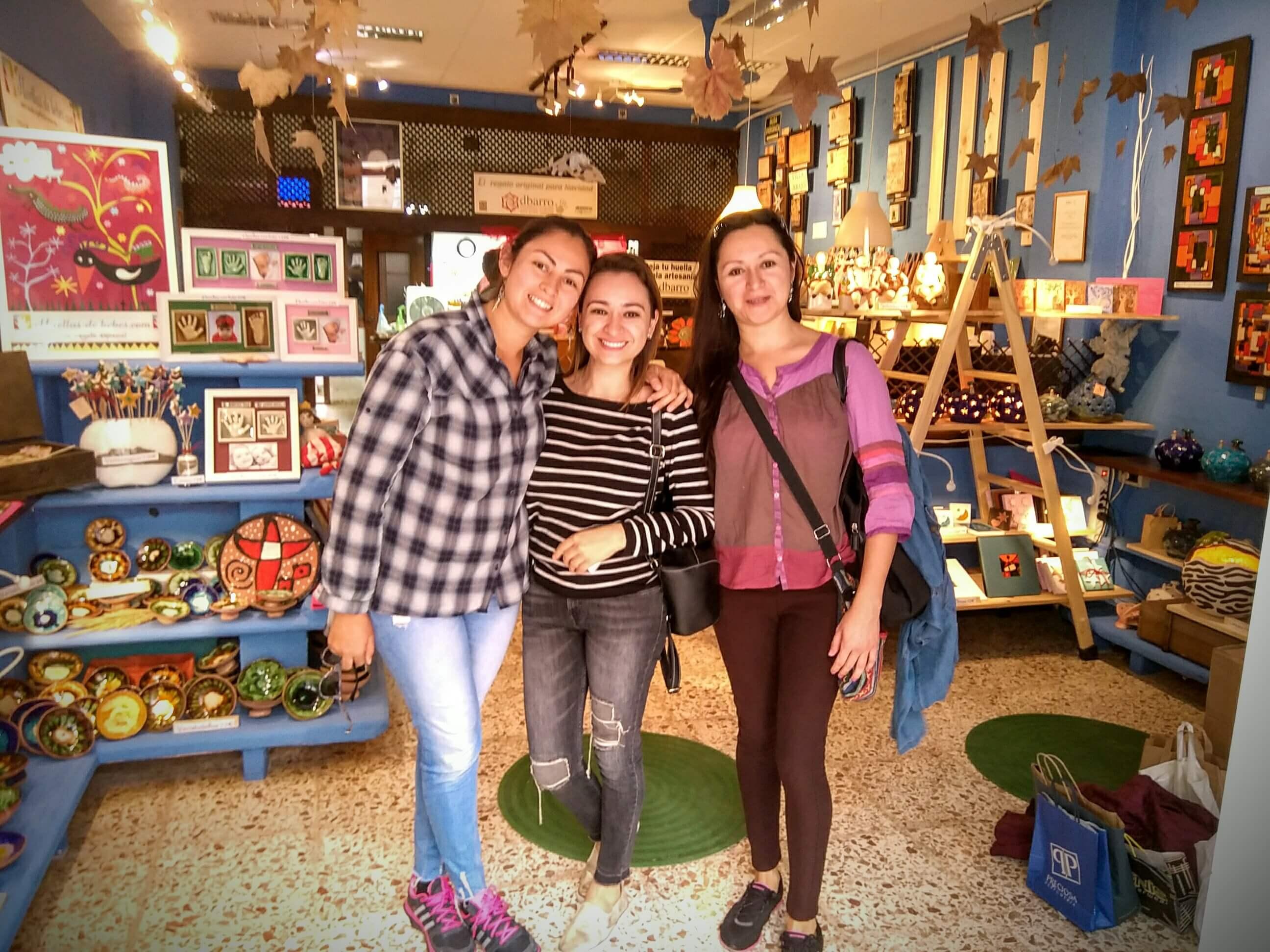 tienda y clientas de huellas de bebes en alcasser