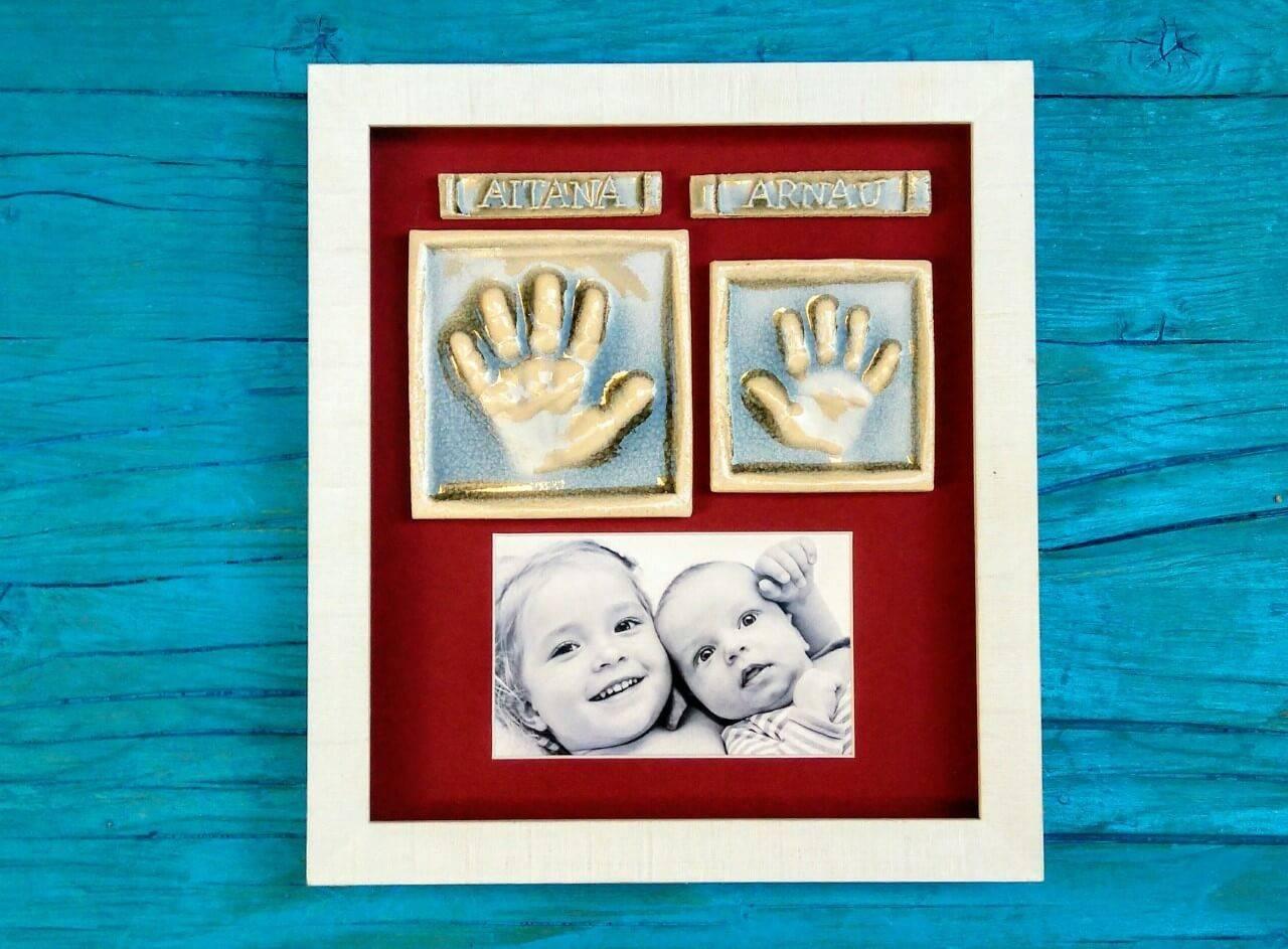 huellas bebe y hermana en cerámica con foto y enmarcadas