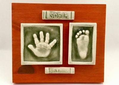 huellas mano y pie bebé cerámica sobre tabla roja