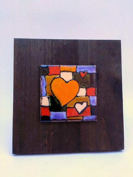 pequeños corazones sobre tabla